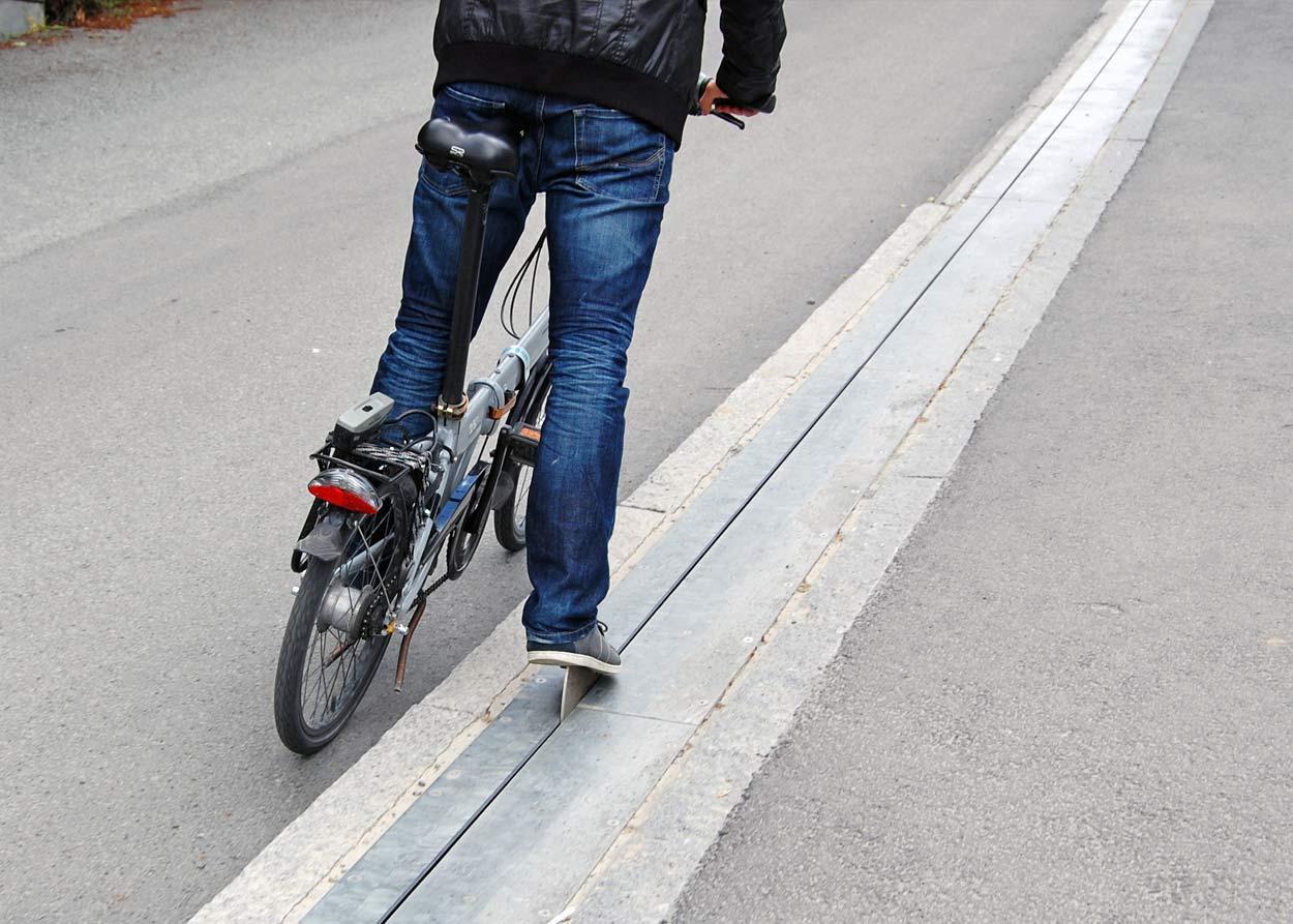Дорога, велосипедист та підйомник для велосипедиста